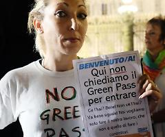 In migliaia nelle piazze italiane contro il green pass di Draghi