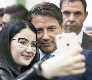 Conte torna nella sua scuola in provincia di Foggia