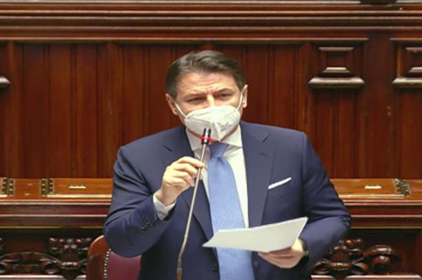 I colori della crisi di governo, Conte alla Camera con la cravatta Celeste: lo faceva Cicerone