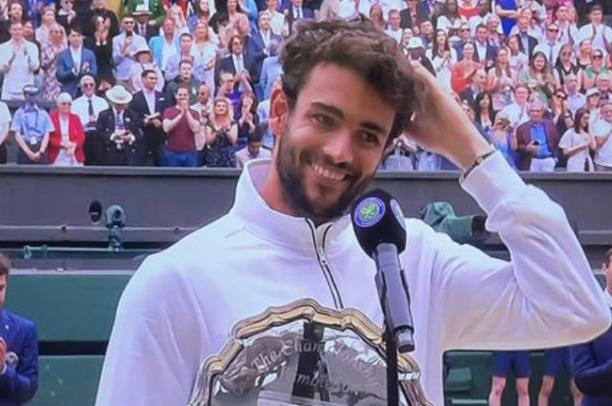 Berrettini a testa alta contro Djokovic a Wimbledon «È stato un lungo viaggio. Non è la fine, ma un nuovo inizio»