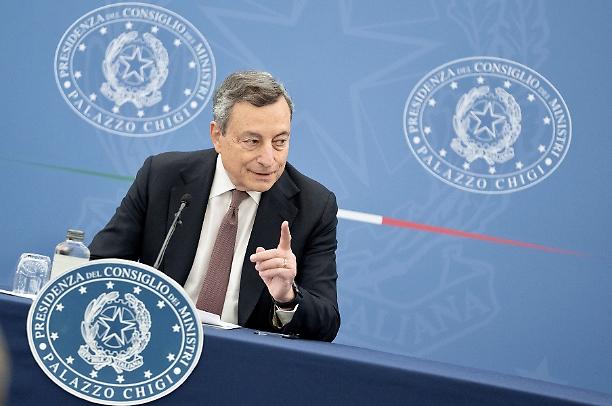 Anche il Senato si spacca sul green pass, Draghi impone nuovamente la fiducia per assoggettare il Parlamento